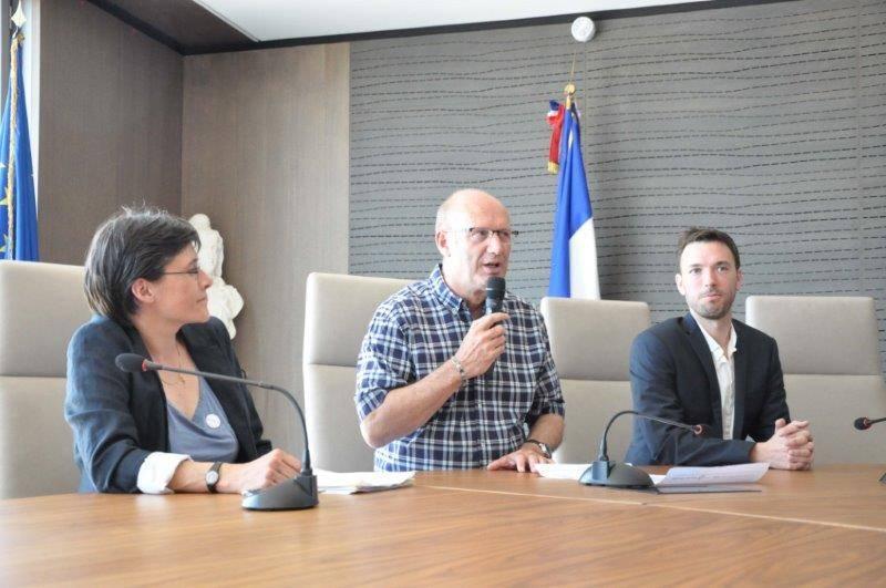 Signature charte d'engagements LGBT à la Mairie du Grau-du-Roi